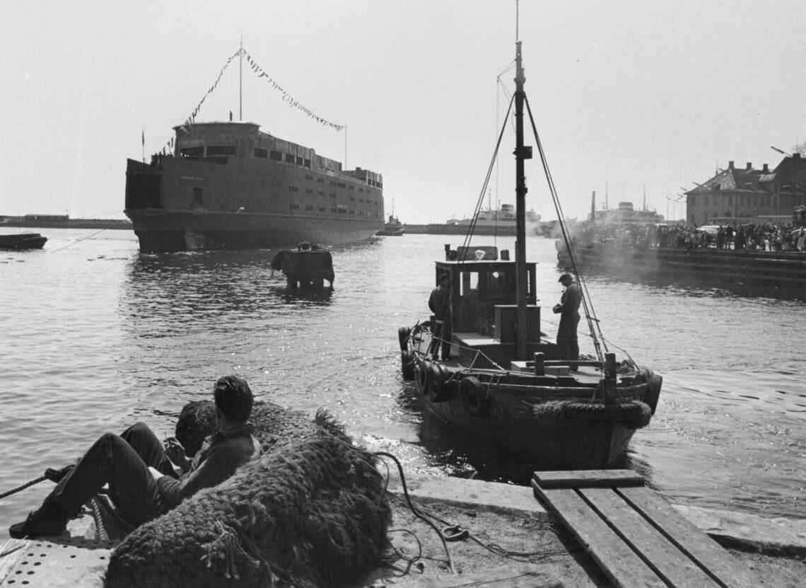 M/S ARVEPRINS KNUD løber af stablen på Helsingør Skibsværft i 1963.