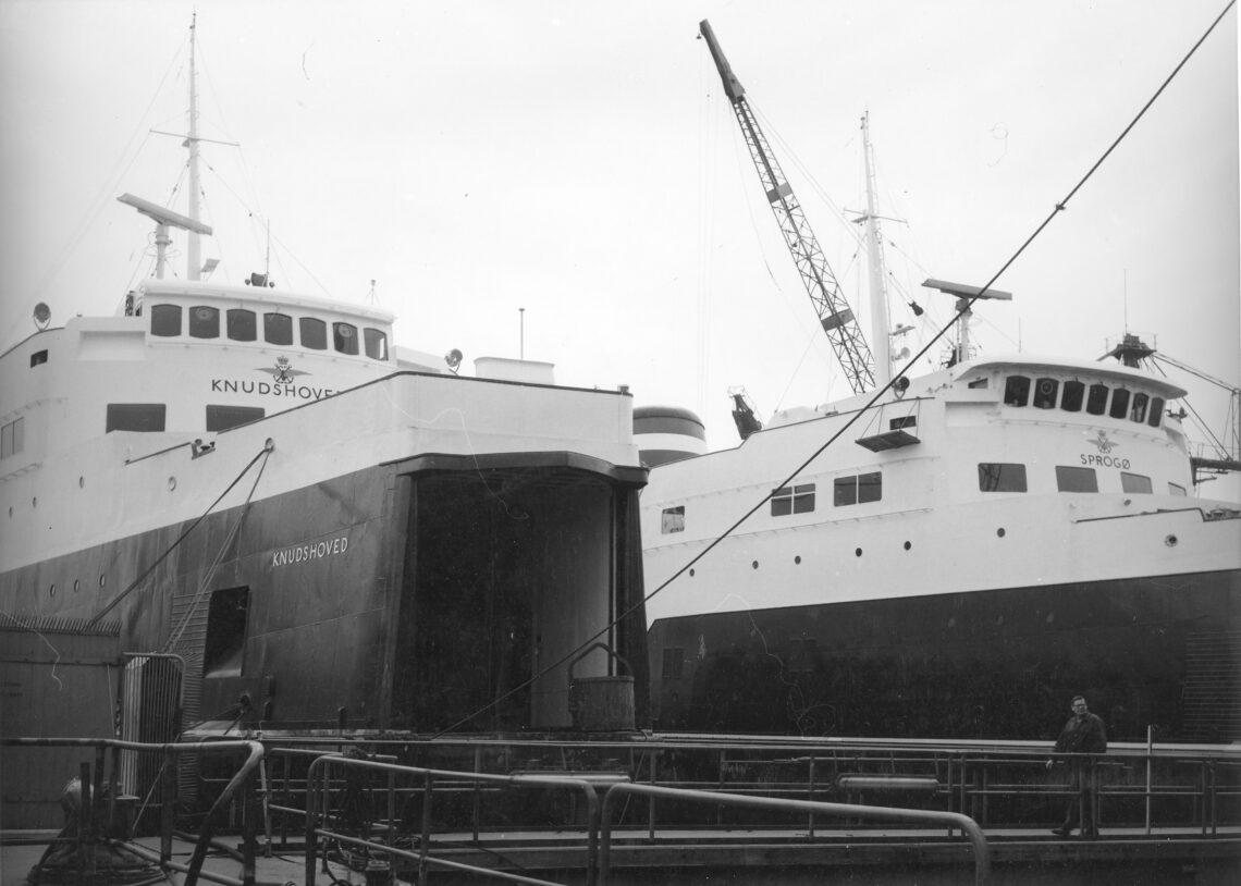 M/S KNUDSHOVED og M/S SPROGØ i dok på Helsingør værft.
