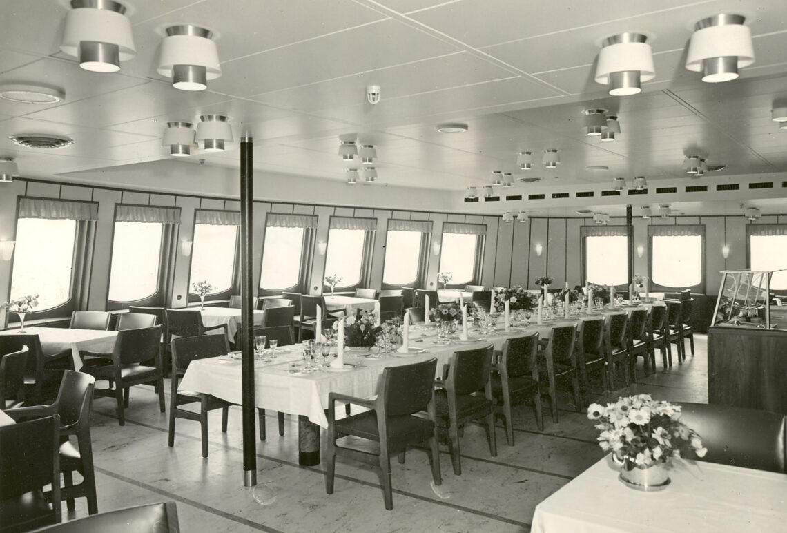 Spisesalon om bord på M/S HALSSKOV af Korsør. Færge på ruterne Korsør - Nyborg og Halsskov - Knudshoved. 1000 passagerer, 105 + 95 personbiler.